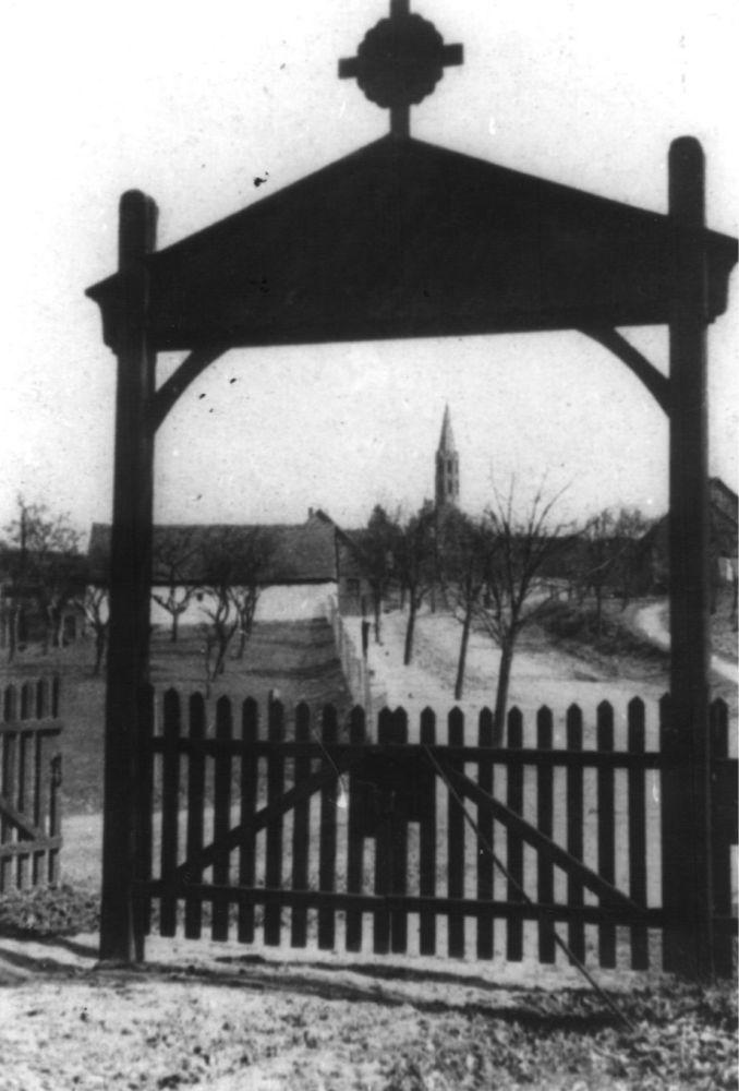 05 - Wussowerstraße, Friedhofstor; 1932